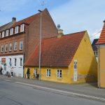 Arbejdermuseet åbnede den 1. maj 1998 som en underafdeling af Museum Silkeborg. Museet er indrettet i en gulkalket anneksbygning nær Silkeborg hovedgård. Formålet med museet er at sætte fokus på arbejderliv og den tidlige fabriksproduktion i Silkeborg. Foto: Museum Silkeborg, 2016.