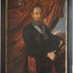 På dette maleri er rigsmarsk Jørgen Skeel fremstillet som indbegrebet af en adelig krigsmand og feltherre. Iklædt rytterkyras holder han med begge hænder om marskalstaven, som indikerer hans militære autoritet. Om halsen bærer han den væbnede arm, der var symbol for den ridderorden Christian 4. (1588-1648) oprettede og uddelte i 1616 for hæderfulde bedrifter under Kalmarkrigen 1611-1613. I øverste venstre hjørne af maleriet findes våbenskjolde for Jørgen Skeels fædrene og mødrene slægt, henholdsvis Skeel og Brahe. Maleri på Gammel Estrup. Foto: Ann Malmgren 2010.