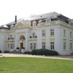 Gut Blumendorf. Familien Jenisch's gods i Holsten, hvor familien bosatte sig efter Martin Rücker Jenisch havde trukket sig tilbage fra sin embedskarriere i 1913. Efter Anden Verdenskrig måtte man forlade hovedbygningen, og først i 2006 flyttede Jenisch-familien atter ind i hovedbygningen på Blumendorf. Foto: Lobsterboy/Wikimedia Commons