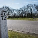 De to portsten står, hvor den gamle vej til Kabbel krydser hovedgårdsdiget. Foto: Mads Krabbe.