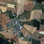 På dette luftfoto af Øster Bjerregrav kan man se, hvordan højre side af landsbyens marker fortsat ligger i den karakteristiske stjerneform. Foto: Krak Danmark, 2016.