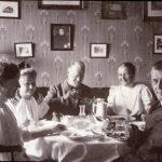 Familien Jessen, som ejede og beboede Silkeborg hovedgård fra 1911-1938, ses på dette billede samlet til søndagsfrokost. Foto: Museum Silkeborg.