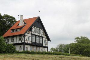 Jagtslottet ved Kalø blev opført i 1898 efter familien Jenisch begyndte at tage længere ophold ved Kalø. Herefter var det ikke længere nødvendigt, at forvalteren rømmede hovedgården når herskabet kom på besøg. I dag holder sekretariatet for Nationalpark Mols Bjerge til i huset.