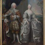 Det store dobbeltportræt af greve Jørgen Scheel og hans hustru Charlotte Louise von Plessen malet af Andreas Pedersen Brünniche i 1753. Greveparret er afbildet i rokokoens lyse og lette farver og står indrammet af slægtens hovedsæde Gammel Estrup, der ligesom våbenskjoldene øverst i billedet henviser til betydningen af slægt og arv. Samtidig viser Jørgen sig imidlertid også som kongens mand. Han bærer Dannebrogsordnens dragt og har diskret løftet kappen til side, så man ser en kronet forgyldt nøgle – et vidnesbyrd om, at han også bærer rang af kammerherre. Foto: Gammel Estrup – Herregårdsmuseet
