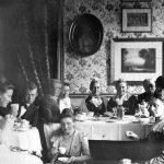 """Familiesammenkomst på Nørre Vosborg i 1904. I midten bag kaffekanden sidder enkefruen på Nørre Vosborg, Christine Tang Valeur, etatsråd Tangs ældste datter, der i 1877 overtog herregården sammen med sin mand, Henrik Stampe Valeur. Fru Tang Valeur, der på egnen kaldtes """"Den gamle frue"""", sad som enke på Nørre Vosborg i over 40 år, hvor hun værnede om den gamle herregård og om sine forfædres minde. Som hos mange medlemmer af slægten Tang var hendes slægtsfølelse stor, og hun blev et samlende midtpunkt for familien. Foto i privateje."""
