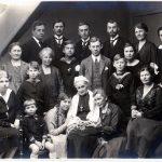 Marie Cathrine Tang, gift Barfod, sidder her omgivet af sine børn, svigerbørn og børnebørn ved en familiesammenkomst i 1925 eller 1926. Den gamle dame var født i 1840 som den næstældste af etatsråd Tangs døtre. I bageste række ses yderst til højre Anna Tang Barfod, derefter hendes svigerinde Misse Zander Barfod, der var gift med Andreas Tang Barfod, som er den næste i rækken. Anne og Andreas Tang Barfod ejede i en årrække Nørre Vosborg sammen. Foto i privateje.