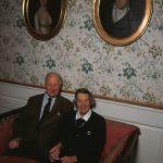 Godsejerparret Kirsten og Henrik Haubroe på et foto fra 1997. Hun var tiptip-oldebarn af Peder Tang, og parret sidder her under portrætterne af Kirsten Haubroes tipoldeforældre, Niels Kiær Tang og Marie Catharine Meinert. Foto: Torkel Dyrting.