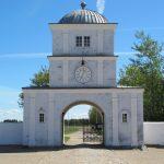 Peder Tangs markante porttårn er Nørre Vosborgs vartegn. Det er formentlig opført samtidig med eller umiddelbart efter ladegården, og stilen er klassicistisk. Set mod øst. Foto: Helle Henningsen.