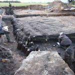 Studerende fra Middelalder- og Renæssancearkæologi på Aarhus Universitet deltog i udgravningen af middelalderborgen Vosborg. Her opmåler de stolperækker og tørv på den kunstigt opbyggede hovedbanke. På banken blev afdækket fundamentet og det væltede hjørne fra et stort teglstenshus. Årringsdateringer af det tømmer, der blev fundet i udgravningsfelterne, viser, at borgen var anlagt i 1341 og havde været i brug frem til første halvdel af 1500-tallet. Set mod vest. Foto: Helle Henningsen.