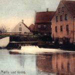 Dette gamle, kolorerede postkort viser møllehuset og møllestrømmen ved Skærum Mølle. I 1896 blev det gamle vandhjul afløst af en turbine, der leverede kraft til en dynamo. Ikke blot producerede man nu strøm til teglværket, tipvognstogene og gårdens bygninger, men også til Vemb Stationsby. Set mod syd. Foto i privateje.