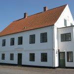 Den statelige, toetages hovedbygning på Skærum Mølle er fra 1859. Vi ved ikke, om det var i dette hus, H.C. Andersen drak te med forpagterfamilien den 7. juli 1859, hvor han sammen med godsejer Tang besøgte Skærum Mølle. I sin dagbog noterede Andersen, at forpagteren havde 13 børn, og at de alle kendte Andersens eventyr. Foto: Helle Henningsen.