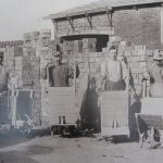 Selvom brødrene Villemoes ikke ønskede at få Vosborg Teglværk med i forpagtningen af Skærum Mølle, måtte de tage det. Flytningen af teglværket fra Nørre Vosborg til møllen var nødvendig for at opnå en rentabel teglproduktion, hvilket i høj grad lykkedes. Her poserer nogle af teglværksarbejderne for fotografen. Foto i privat eje.