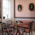 På væggen i den rosa salon ses portrætter af Niels Kiær Tang og Marie Katrine Meinert, der flyttede ind på Nørre Vosborg efter deres bryllup i 1797. Foto: Helle Henningsen.