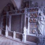 I 1635 lod Predbjørn Gyldenstjernes og hans anden hustru Mette Hardenbergs børn opføre et gravkapel til deres forældre på sydsiden af koret i Ulfborg kirke. I gravkapellet er opstillet et meget stort og fornemt epitafium af sandsten med indskriftavler af sort marmor. Epitafiet er et mindesmærke over Predbjørn Gyldenstjerne og hans to hustruer. Ikke færre end 48 adelige våbenskjolde pryder epitafiet, nemlig våbenskjoldene for hans 16 aner og hans hustruers hver 16 aner som et bevis på, at de tilhørte den fineste adel. Foto: Helle Henningsen.