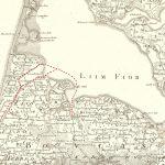 På kort over den vestlige del af Limfjorden ser man tydeligt det gamle sejlløb mellem havet og Limfjorden. Det går under de høje bakker i et landskab, der stadig rummer søer og åløb. Det lukkede omkring 1150, selv om man måske stadig kunne trække både over tangen længere op i tid. Videnskabernes Selskabs kort 1800. Geodatastyrelsen og Lemvig Museum.