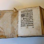 I 1700-tallet var det Christian V's Danske Lov fra 1683, der var gældende ret. Her på billedet ses Mogens Skeel (1650-94) til Fussingø's eksemplar af lovbogen. Bogen på billedet er trykt i København i 1683, hvorefter Mogens Skeel i 1688 skrev sit navn i bindet. Der er er altså tale om en af de udgaver af Danske Lov, der blev trykt i forbindelse med lovens udstedelse. Som man kan se, er eksemplaret meget slidt, og som godsejer med ansvar for meget væsentlige områder i den lokale retspleje, kunne der jo være god grund for Mogens Skeel til at anvende lovbogen flittigt. På opslaget fra Lovens 6. bog, kunne Mogens Skeel bl.a. læse, at han som herskab havde ret til bøder på 6 og 12 rigsdaler for hhv. kvinder og mænds lejermål (sex uden for ægteskab). Ophav: Gammel Estrup – Herregårdsmuseet Foto: Dorte Kook Lyngholm