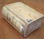 I overensstemmelse med lovgivningens forskrifter blev alt, hvad der blev sagt og fremlagt i retssalen, noteret ned i en dertil indrettet protokol. Tingbogen på billedet dækker kun en periode på 8 år, men fylder ikke desto mindre omkring 1000 tætskrevne sider. I 1750'erne var det birkeskriver Las Møller fra Aarslev Mølle, der uge efter uge førte pennen, når retten blev sat på Clausholm birketing. Hans mange optegnelser er kilden til, at vi i dag har mulighed for at komme helt tæt på de begivenheder, der udspillede sig i birketingstuen på Clausholm. Ophav: Clausholm birkedommer, justitsprotokol 1752-60 (Rigsarkivet, Viborg). Foto: Dorte Kook Lyngholm