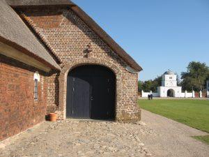 På den tid, hvor Peder Tang blev ejer af Nørre Vosborg, blev mange vestjyske herregårde opkøbt af ejendomsspekulanter, der udstykkede og solgte jorden. Det kaldtes godsslagtning, og havde Peder Tang villet, kunne han have gjort det samme. Men i stedet valgte han at investere i sin herregård, som han synes at have holdt meget af. De nye avlslænger, han lod bygge i 1788, var som skabt til det studeopdræt, der udgjorde godsets økonomiske grundlag. De rummelige agerumslader kunne rumme store mængder hø til vinterfoder, og staldene for hver ende kunne huse dusinvis af stude. Foto: Helle Henningsen.