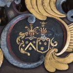 Adelsskab kostede penge, men så kunne den unge godsejer sætte sit og ægtefællens adelsskjold op på det nye inventar i Nørlem Kirke – og i den nærliggende Gudum Kirke med. Foto: Mads Krabbe
