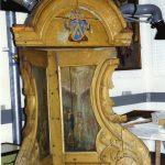 Egetræsmaling var populært i slutningen af 1800-tallet, og sådan så dåbsnichen ud, da den kom på museum i 1938. Det var et stort arbejde for museernes Konserveringscenter i Ølgod at få fjernet den brune bemaling uden at skade den oprindelige maling indenunder – det skete i årene 1996-99. Resultatet var fantastisk, som man ser det på den nyrestaurerede dåbsniche i 1999. Konserveringsrapport Ølgod, 1996, samt Danmarks Kirker, bd. 8, s. 616, foto: Henrik Wichmann.