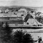Den østre og vestre længe af Silkeborgs avlsgård blev anvendt til studedrift, mens den høje agerumslade blev brugt til tørring samt opbevaring af hø og korn. I begyndelsen af 1800-tallet blev herregårdens drift imidlertid lagt om og landbruget fik mindre og mindre betydning. Tegning af Silkeborgs avlsgård med byen i baggrunden. Scan: Museum Silkeborg.