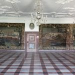 Siden begyndelsen af 1700-tallet har riddersalen på Gammel Estrup været prydet af gobeliner med afbildninger af slægtens mange herregårde, hvis gods var mere end nok til to grevskaber. Denne afbildning i Gammel Estrups fornemste rum var en demonstration af rigdom og status, som ikke efterlod herregårdens besøgende i nogen tvivl om, at her boede en af landets rigeste adelsmænd. Riddersalen på Gammel Estrup med gobeliner af Ulstrup og Skærvad. Foto: Gammel Estrup – Herregårdsmuseet