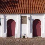 Kalø Hovedgård er opført i bindingsværk omkring 1710. Hovedgården fungerede til daglig som forvalterens bolig, men når herskabet fra Holsten kom på besøg i sommerferier eller på efterårsjagter måtte familien rykke ud. Foto Bent Olsen