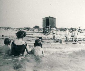 Familien Jenisch holdt hvert år sommerferie på Kalø, hvor dagene – når vejret tillod det – blev brugt til badning fra stranden ved Kalø Vig. I begyndelsen af 1900-tallet var badeferier og kystliv den nye dille, som spredte sig fra elitemiljøerne til samfundets øvrige grupper. Her et billede af badeliv i Odsherred fra 1920'erne. Foto: Odsherred