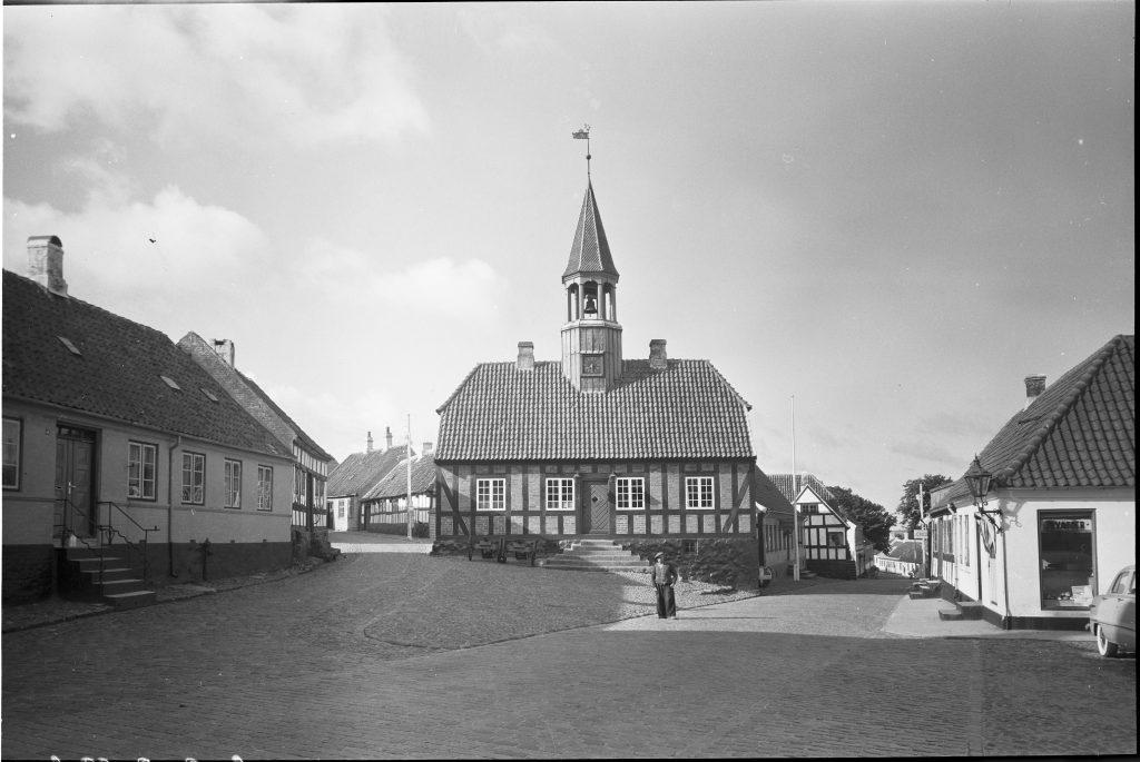 Rådhuset i Ebeltoft. Allerede fra begyndelsen af 1900-tallet var Ebeltoft et yndet turistmål og rådhuset i miniature en populært motiv på postkort. Foto: Sven Türck (1897-1954) fotograf. Det Kongelige Biblioteks billedsamling.